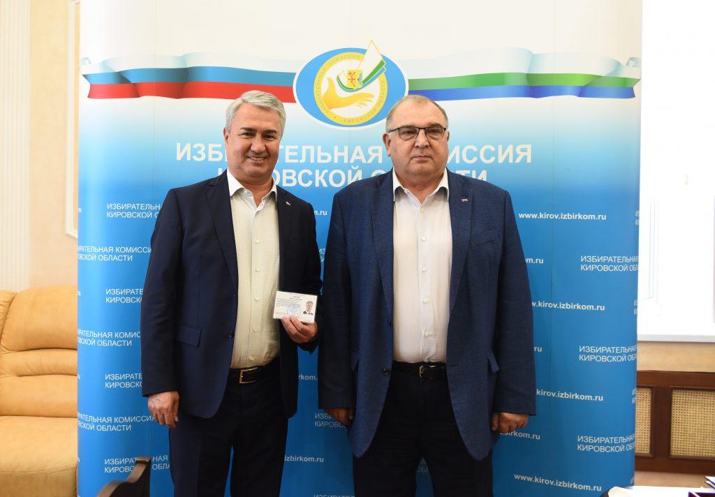 Рахиму Азимову вручили удостоверение зарегистрированного кандидата в депутаты Государственной думы VIII созыва