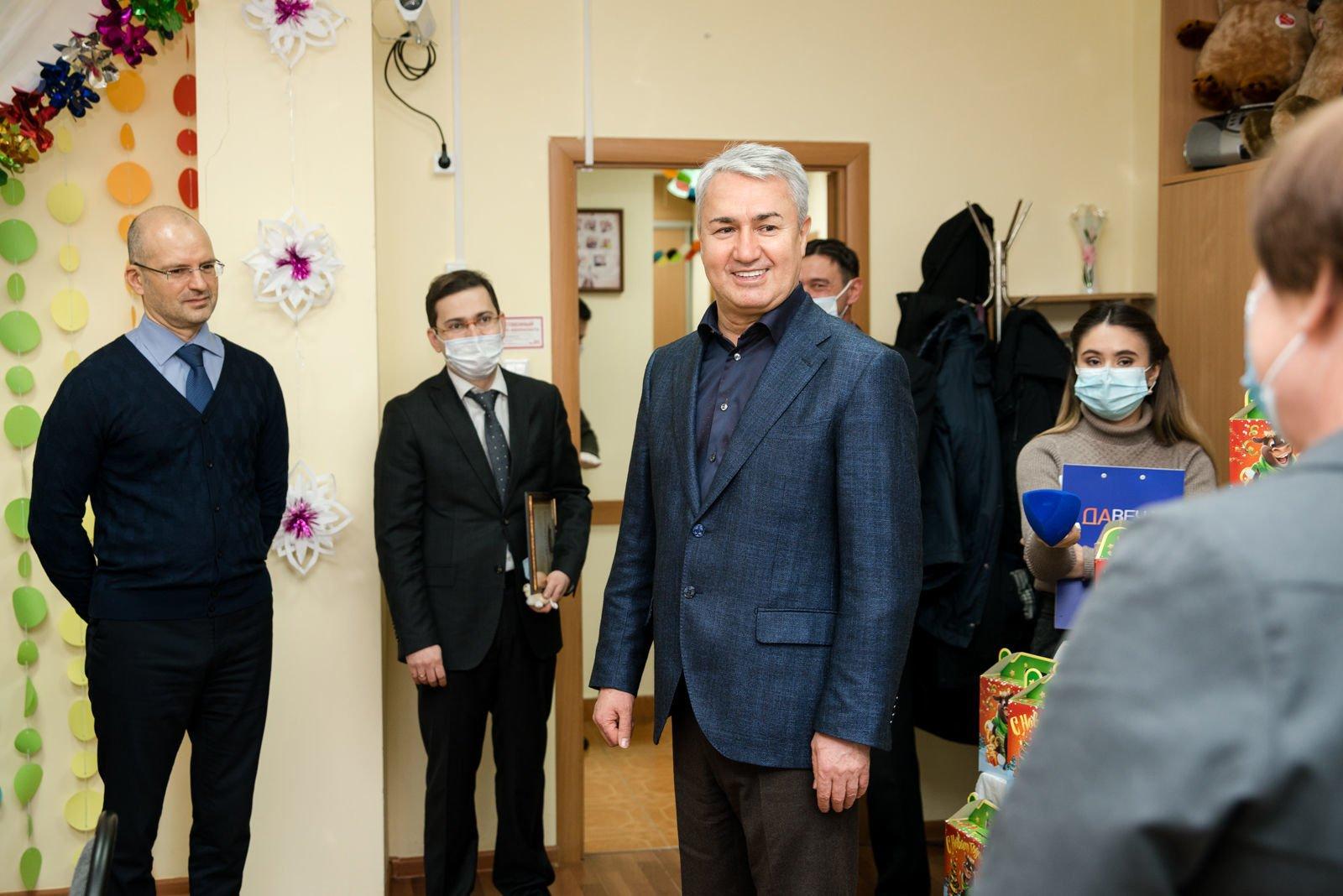 Рахим Азимов передал новогодние подарки для юных жителей Оричевского района